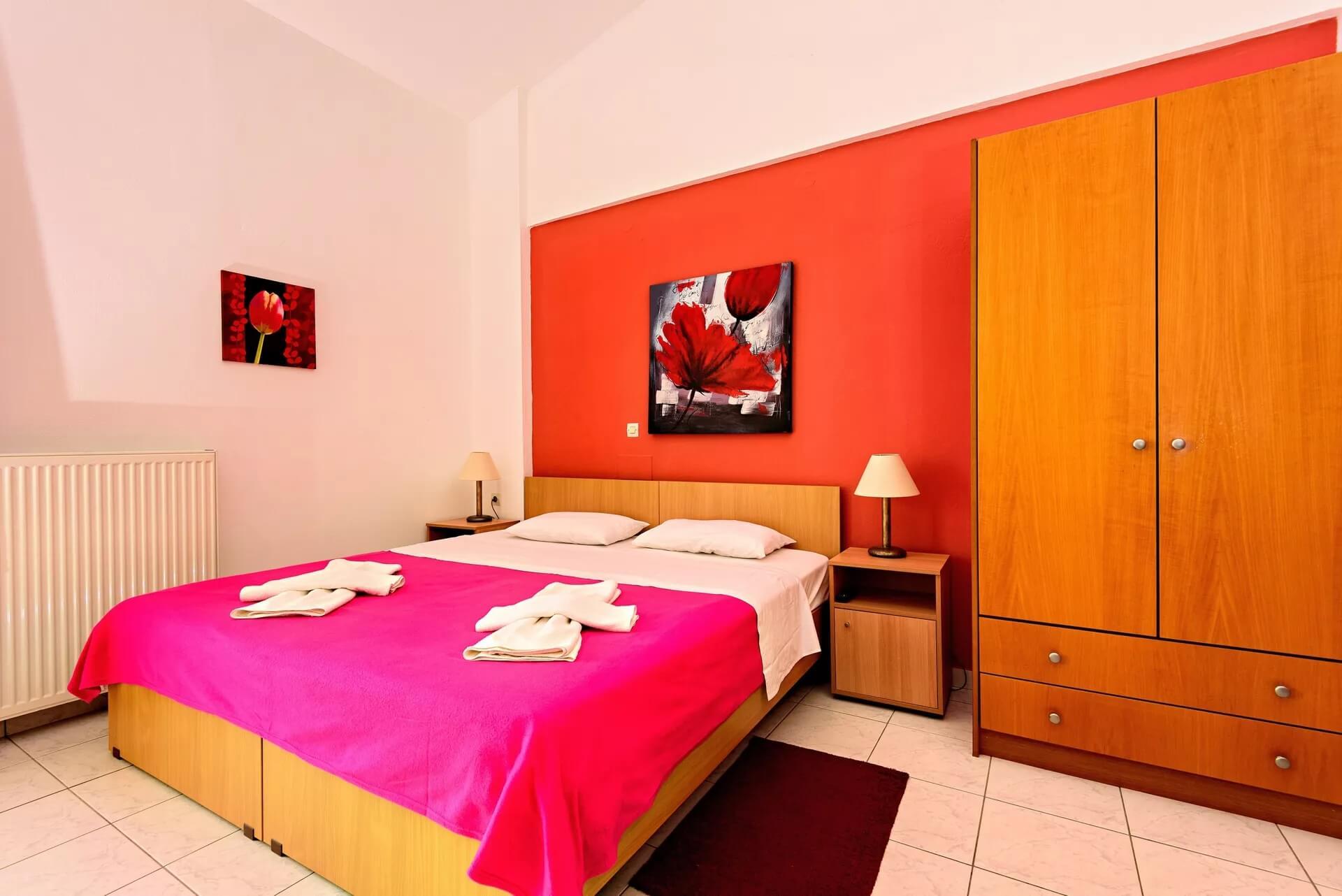 economy-double-room-red